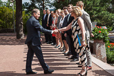 Presidentti Niinistö tervehtii pääministerin sijaista, sosiaali- ja terveysministeri Paula Risikko ja valtioneuvoston jäseniä.