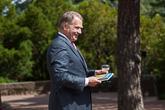 Presidentti Niinistö sai ministereiltä Pekka Tuurin luontokuvateoksen Vedenalainen Suomi.