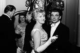 Hiihtäjä Eero Mäntyranta tanssimassa vaimonsa Raakelin kanssa vuonna 1966. Kuva: Lehtikuva