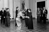 Näyttelijäpariskunta Birgitta Ulfsson ja Lasse Pöysti kättelemässä presidenttipari Urho ja Sylvi Kekkosta itsenäisyyspäivän 6. joulukuuta 1963. Kuva: Lehtikuva