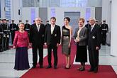 Presidentit puolisoineen: rouva Eeva Ahtisaari, presidentti Martti Ahtisaari, tasavallan presidentti Sauli Niinistö, puoliso Jenni Haukio, presidentti Tarja Halonen ja tohtori Pentti Arajärvi.