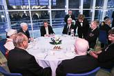 Presidenttipari isännöi konsertin jälkeen sotaveteraaneille istuvan kahvitilaisuuden.