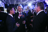 Kehitysministeri Pekka Haavisto ja Nexar Antonio Flores keskustelevat presidenttiparin kanssa vastaanotolla.