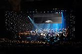Valokuvaaja Pekka Luukkolan maisema- ja taidekuvia heijastettiin konsertin aikana taustakankaalle. Kuva: Pekka Luukkola