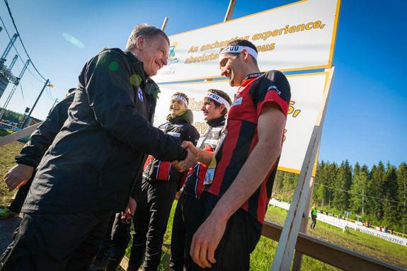 Onnea voittajille! Presidentti Niinistö onnittelee Jukolan viestin voittaneen Kalevan Rastin suunnistajia. Kuva: Kuopio-Jukola.