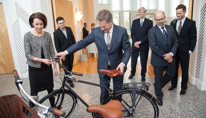 Presidenttipari sai Suomessa valmistetut polkupyörät. Copyright © Tasavallan presidentin kanslia