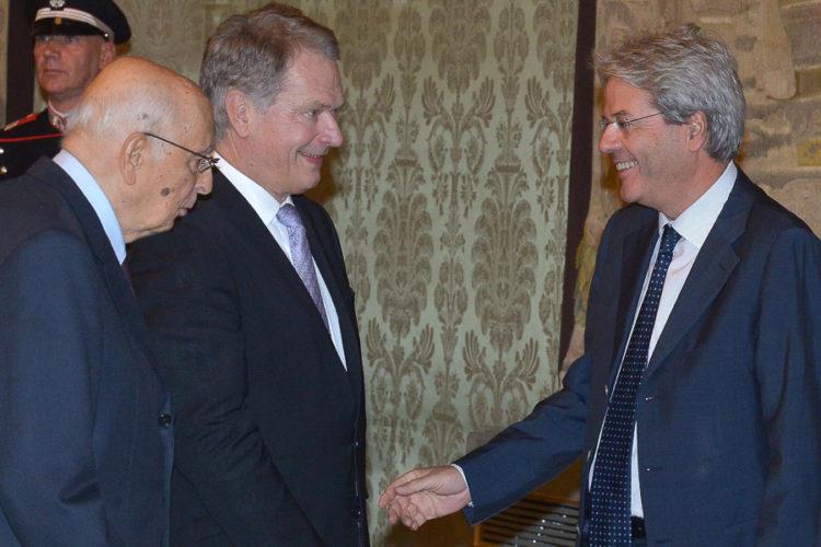 Italian presidentti Giorgio Napolitano esittelee presidentti Niinistölle Italian tuoreen ulkoministerin Paolo Gentilon. Kuva: Antonio Di Gennaro / Italian presidentin kanslia