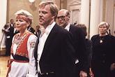Näyttelijä Vesa-Matti Loiri ja Riitta Loiri saapuvat itsenäisyyspäivän vastaanotolle 1985. Takana Pertti 'Spede' Pasanen. Kuva: Lehtikuva