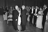 Presidentti Juho Kusti Paasikivi ja rouva Alli Paasikivi keskustelevat presidentti K.J. Ståhlbergin kanssa itsenäisyyskutsuilla 6. joulukuuta 1951. Kuva: Lehtikuva