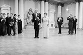Presidenttipari Urho ja Sylvi Kekkonen valmistautuvat ottamaan vastaan juhlavieraat itsenäisyyspäivänä 6. joulukuuta 1962. Myös kuvaajat ja toimittajat ovat valmiina. Kuva: Lehtikuva