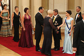 Keihäänheittäjä Kimmo Kinnunen puolisoineen kättelyvuorossa. Tänä vuonna presidenttipari oli huomoinut eri aikojen menestyneitä keihäänheittäjiä kiitoksena vuosikymmenten mittaan lukemattomista jännityksen, ilon ja onnistumisen tunteista. Copyright © Tasavallan presidentin kanslia
