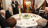 Kahvihetki veteraanien kanssa. Vasemmalla Mannerheim-ristin ritari Tuomas Gerdt. Copyright © Tasavallan presidentin kanslia