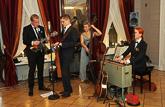 Kolmannen kerroksen salongissa modernia kansanmusiikkia: Tuomas Logrén ja Savuava Kirnu. Copyright © Tasavallan presidentin kanslia
