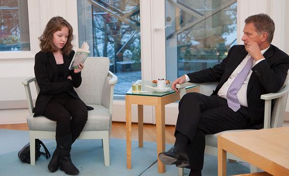 Lukuinto-ohjelmaan osallistuva Saana Haglund luki mielikirjaansa presidentille Mäntyniemessä joulukuussa 2014. Lukuinto-ohjelma on mukana Kirjan vuosi -hankkeessa. Copyright © Tasavallan presidentin kanslia
