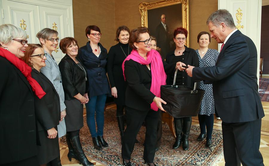 Yrittäjänaisten puheenjohtaja Seija Estlander lahjoitti presidentille kylmätuotteita sisältävän korin. Copyright © Tasavallan presidentin kanslia