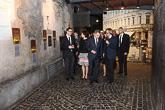 Puolan vaikuttavaa historiaa esillä Varsovan kansannousun museossa. Vieraita opastaa museonjohtaja Jan Ołdakowski. Copyright © Tasavallan presidentin kanslia