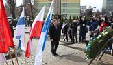 Presidentti Niinistö laski seppeleen kaatuneiden telakkatyöläisten muistomerkille Gdanskin telakan portilla 1. huhtikuuta 2015. Copyright © Tasavallan presidentin kanslia