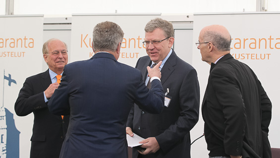 President Niinistö talks with Wolfgang Ischinger (on the left), Aleksei Kudrin and Strobe Talbott before the Monday session begins. Copyright © Office of the President of the Republic of Finland