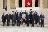 Delegaatio yhteiskuvassa Atatürkin mausoleumin portailla. Copyright © Tasavallan presidentin kanslia