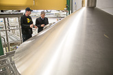 Laitilan Wirvoitusjuomatehtaan panimopäällikkö Ville Vilen esittelee oluen valmistusprosessia. Copyright © Tasavallan presidentin kanslia