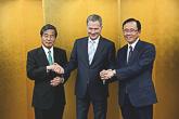 Presidentti Niinistö yhteiskuvassa Keidanrenin Euroopan komitean puheenjohtajien Yoshio Saton (oik.) ja Hiroaki Ishizukan kanssa. Copyright © Tasavallan presidentin kanslia
