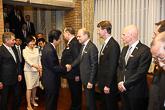 Pääministeri Abe tervehtii virallisella vierailulla mukana ollutta yritysvaltuuskuntaa. Copyright © Tasavallan presidentin kanslia