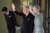 Keisaripari vilkuttaa hyvästeiksi. Copyright © Tasavallan presidentin kanslia