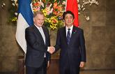 Presidentti Niinistö ja Japanin pääministeri Shinzo Abe tapasivat Tokiossa torstaina 10. maaliskuuta. Copyright © Tasavallan presidentin kanslia