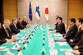 Viralliset keskustelut. Tapaamisessa pääministeri Shinzo Aben kanssa oli esillä maiden välinen yhteistyö. Suomi ja Japani rakentavat uutta strategista kumppanuutta, johon sisältyy yhteistyön tiivistäminen niin poliittisissa suhteissa kuin talouden, tieteen ja teknologian, koulutuksen ja tasa-arvon aloilla sekä arktisissa kysymyksissä. Copyright © Tasavallan presidentin kanslia
