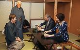 Virallinen vierailu Japaniin alkoi Kiotosta. Presidentti Sauli Niinistö ja puoliso Jenni Haukio osallistuivat perinteiseen Urasenke-teeseremoniaan, oppaanaan suurmestari Sen Genshitsu (toinen vas.). Copyright © Tasavallan presidentin kanslia