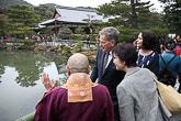 Kiotossa presidenttipari vieraili Kinkaku-jin eli kultaisen paviljongin temppelissä. Copyright © Tasavallan presidentin kanslia