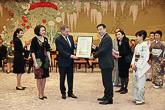 Kioton prefektuurin kuvernööri Keiji Yamada lahjoitti presidenttiparille taulun. Copyright © Tasavallan presidentin kanslia