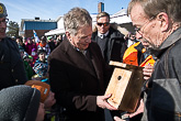 Muoniossa presidentti sai lahjaksi linnunpöntön. Kuva: Matti Porre / Tasavallan presidentin kanslia