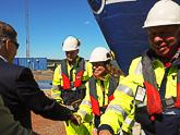 Presidentti tervehtii sataman työntekijöitä Långnäsin satamassa, johon suuret matkustaja-alukset pysähtyvät öisin. Kuva: Katri Makkonen/Tasavallan presidentin kanslia