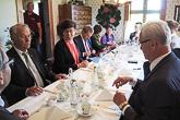 Päivä alkoi keskusteluilla maakunnan edustajien kanssa Ollaksen maatilalla Lumparbyssä. Keskusteluissa olivat esillä mm. itsehallintolain uudistamistyö, ruotsin kielen asema ja sote-uudistuksen vaikutukset Ahvenanmaalle. Kuva: Katri Makkonen/Tasavallan presidentin kanslia