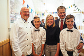 Presidentti Niinistö vierailulla Lumparlandin koululla. Koulun 29 oppilasta olivat jo kesälomalla, mutta osa oli päässyt kesätöihin tarjoamaan presidentille lounasta. Kuva: Katri Makkonen/Tasavallan presidentin kanslia