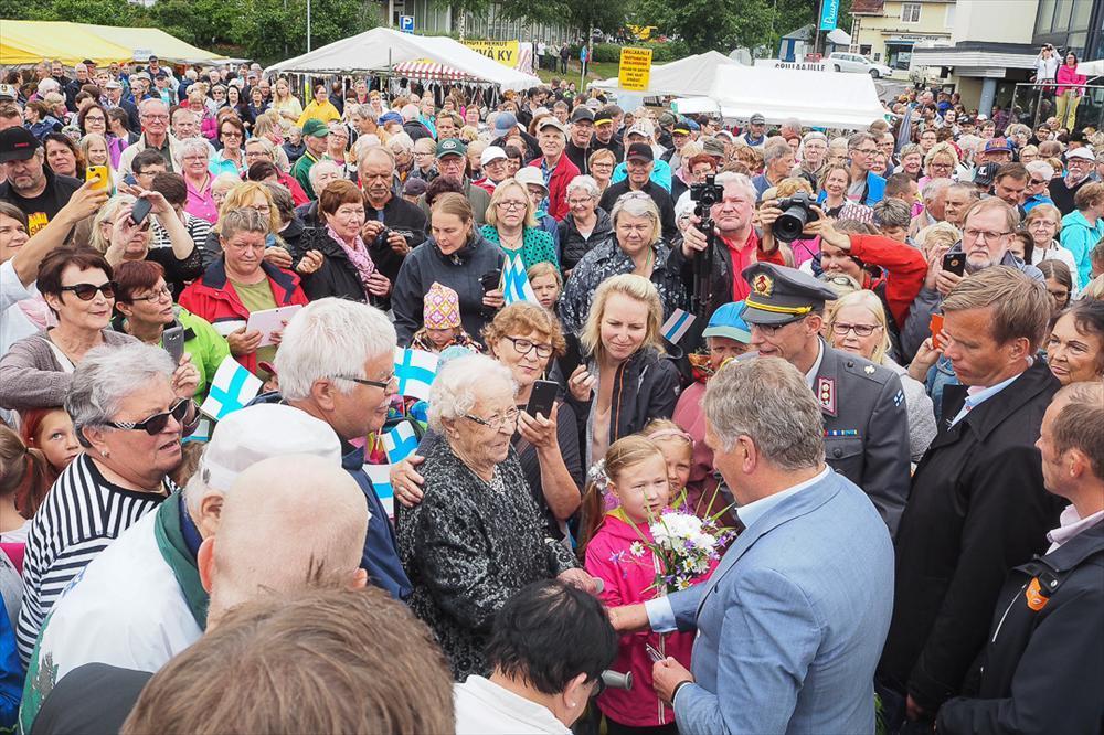 Puumalan torille oli presidenttiä kuulemaan ja tapaamaan saapunut satoja puumalalaisia ja kesäasukkaita. Kuva: Katri Makkonen/Tasavallan presidentin kanslia
