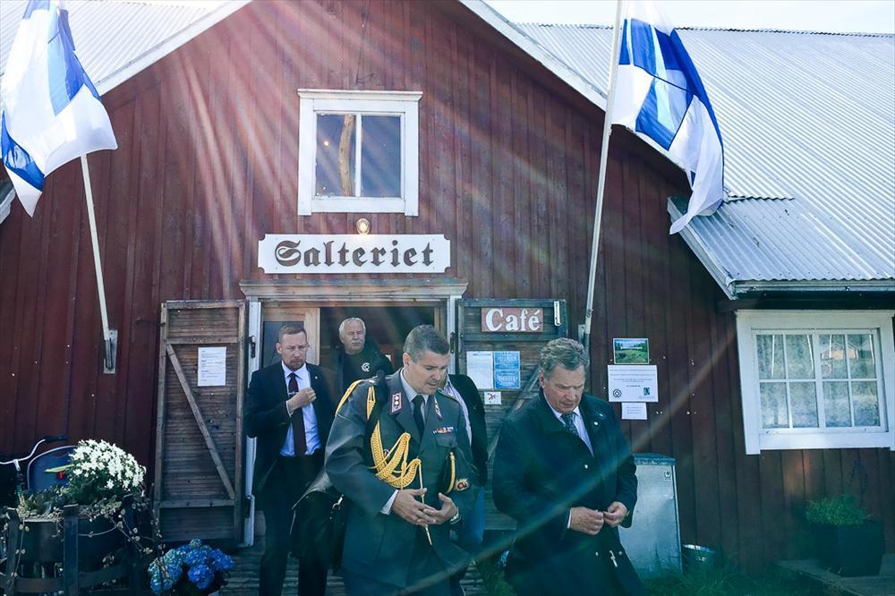 Virkistäytyminen Salterietin kahvilassa Mustasaaressa. Kuva: Katri Makkonen/Tasavallan presidentin kanslia