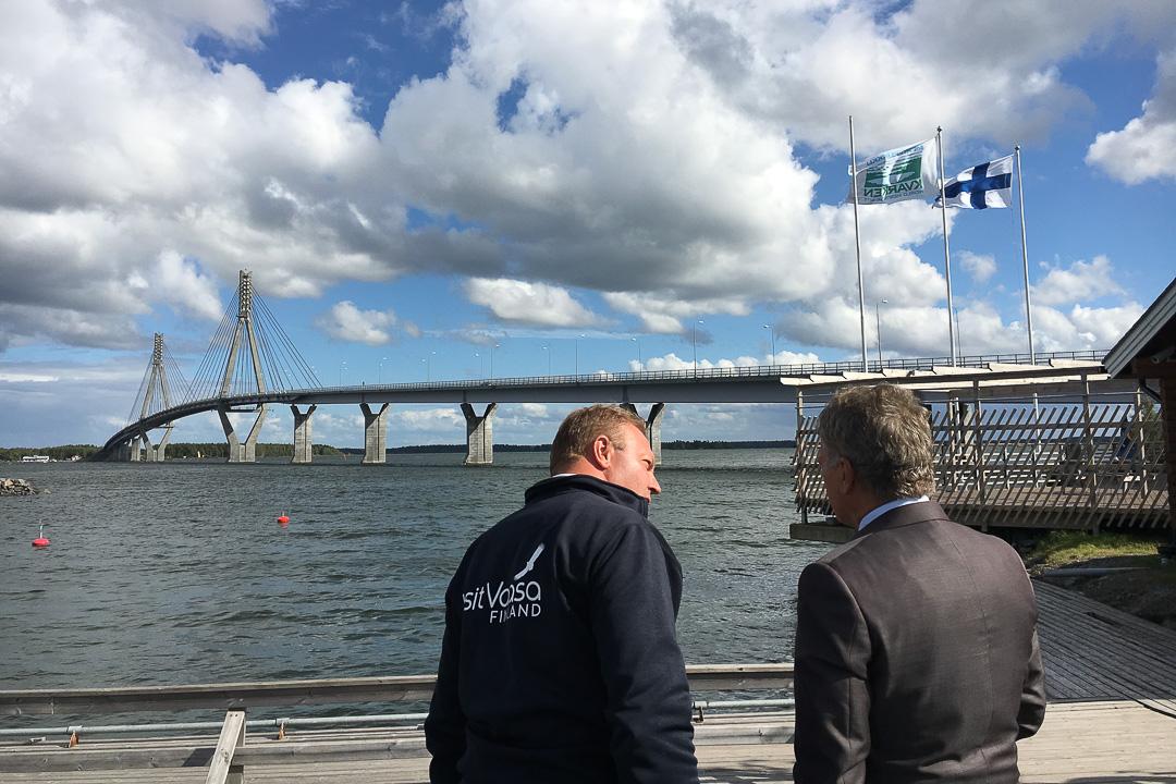 Pysähdys Raippaluodon sillalla. Visit Vaasan toimitusjohtaja Max Jansson kertoo kaupungista. Kuva: Katri Makkonen/Tasavallan presidentin kanslia
