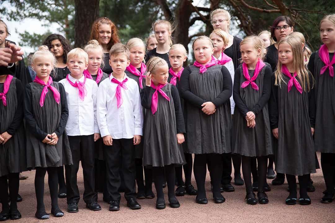 Kultarannassa Finlandian esitti 73 lasta ja nuorta, joista  kaksikymmentä oli 6-9 –vuotiaita pikkuisia kuorolaisia. Kuva: Matti Porre/Tasavallan presidentin kanslia