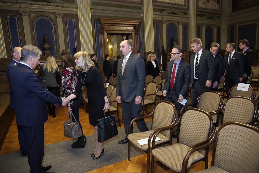 Presidentti Niinistö tervehtii maanpuolustuskursin osallistujat. Kuva: Juhani Kandell/Tasavallan presidentin kanslia