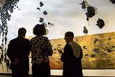 500 muoviosasta koostuva Aalto-installaatio kertoo luonnon saastumisesta. Kuva: Matti Porre/Tasavallan presidentin kanslia