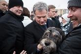 Myös Venla-koira kävi tervehtimässä presidenttiparia. Kuva: Matti Porre/Tasavallan presidentin kanslia