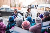 Museokeskus Vapriikissa lapset olivat Suomen lippuineen ulkona vastassa. Kuva: Matti Porre/Tasavallan presidentin kanslia