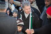 Puheen jälkeen presidentti kierteli torilla keskustelemassa ja kättelemässä kansalaisia. Kuva: Matti Porre/Tasavallan presidentin kanslia