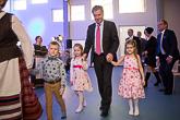Lapset johdattivat presidentin ruokasaliin välipalalle. Kuva: Matti Porre/Tasavallan presidentin kanslia