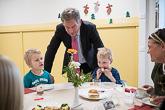 Presidentti kierteli keskustelemassa lasten kanssa. Kuva: Matti Porre/Tasavallan presidentin kanslia