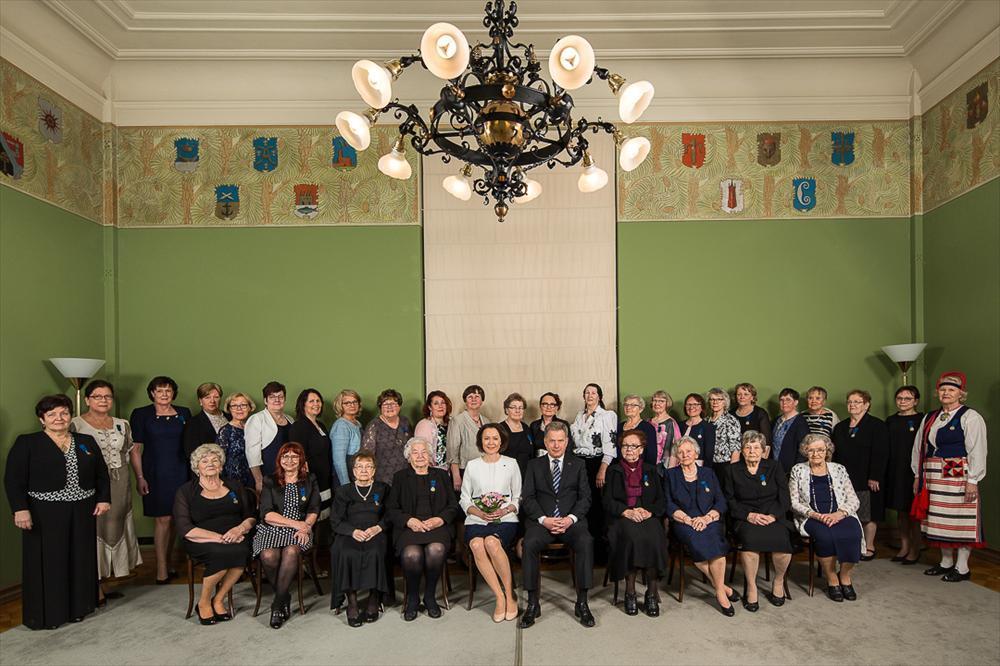 Juhlassa palkitut äidit yhteiskuvassa presidentti Niinistön ja rouva Haukion kanssa. Kuva: Samuli Miettinen