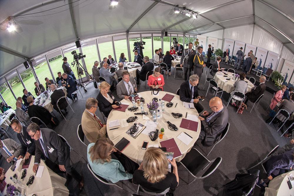 Kultaranta-keskustelijat valmistautumassa maanantain ensimmäiseen sessioon. Kuva: Matti Porre/Tasavallan presidentin kanslia