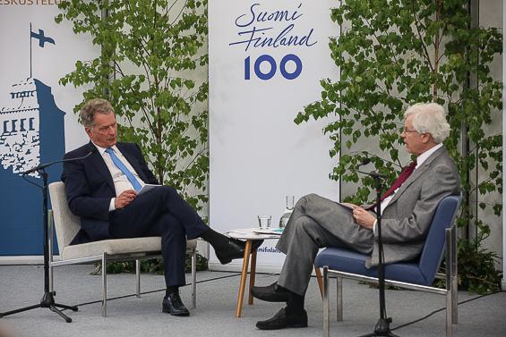 President Sauli Niinistö and professor, nobelist Bengt Holmström discussed Finland's success story. Photo: Juhani Kandell/Office of the President